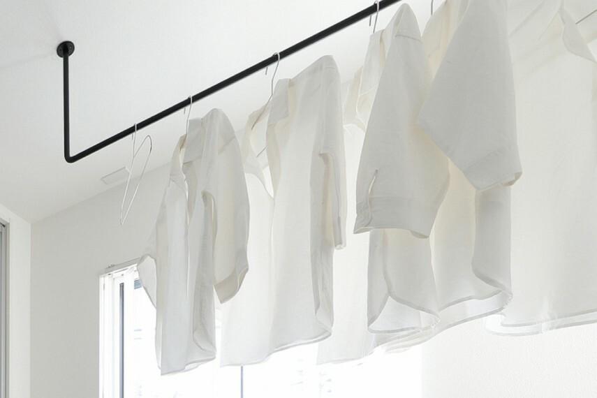 【ハンギングレール】  天井から吊るされたレールで、雨の日でも室内干しができます。夜間に洗濯物を乾かしたり、観葉植物を吊るして飾るなどおしゃれな使い方もできるアイテムです。