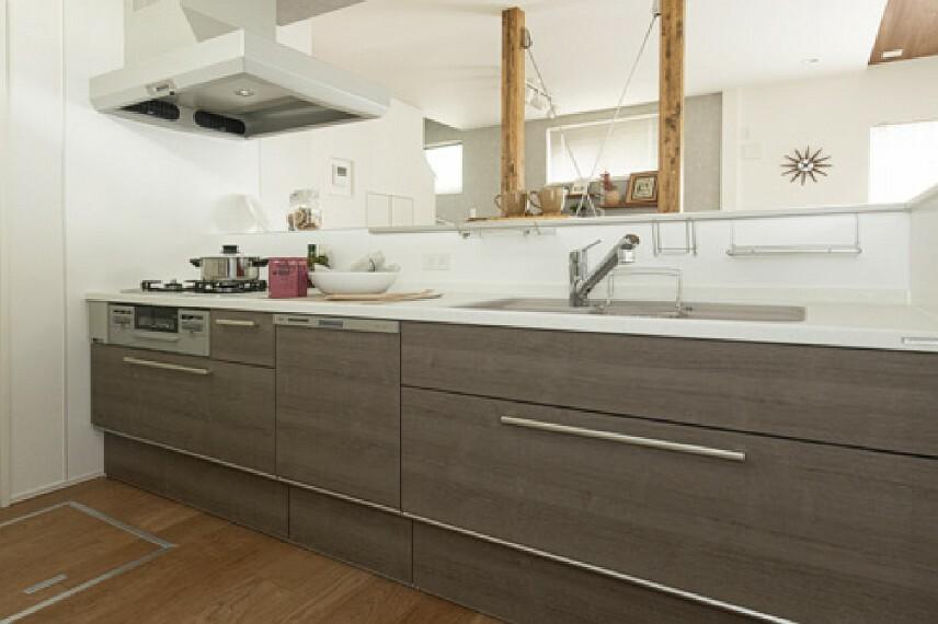 【キッチン/トクラスBb】  デザインの美しさと機能性、ふたつの面を追求したトクラスキッチン。開放的でのびのびとした使い心地に、水栓から収納、お手入れのしやすさに至るまできめ細やかな配慮が感じられます。