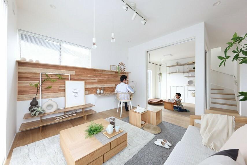 居間・リビング 【マルチルームのある家】  多彩な使い方に対応できるマルチルームを設けた住まい。リラックス効果や睡眠の質向上が期待できる国産杉材「SUGINOKA」が暮らしを彩ります。/モデルハウス1号棟