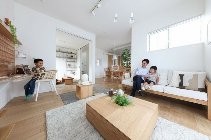 居間・リビング 【開放感のあるゆったり空間】  LDKとマルチルームが一体となった、開放感のあるオープンな空間。伝統的な国産の木素材を使いながら、洗練されたモダンさを感じるデザインです。/モデルハウス1号棟