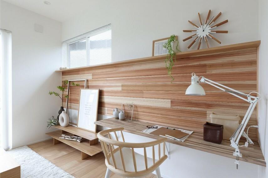 居間・リビング 【国産杉板パネル「SUGINOKA」】  調湿性能やリラックス効果があり、杉の香りや肌触りを存分に愉しめるオリジナル壁材。意匠性も高く、快適で心やすらぐ室内環境をつくります。/モデルハウス1号棟