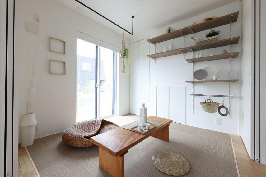 居間・リビング 【リビングに隣接したマルチルーム】  棚の高さを調節できるマルチシェルフを備え、家事・仕事・遊びや寛ぎと、その名の通りマルチな役割を担う包容力が魅力のスペースです。/モデルハウス1号棟