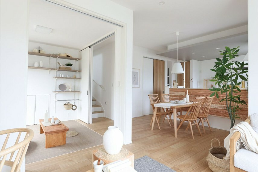 居間・リビング 【リビング階段】  住まいのパブリックスペースとなるLDK内に階段を設置しました。出掛ける時や帰宅時にご家族と顔を合わせ、コミュニケーションをとる機会が自然と増えます。/モデルハウス1号棟