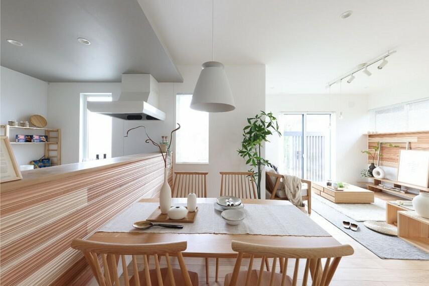 居間・リビング 【木の温もりに包まれるダイニング】  キッチン前面にも、国産杉板パネル「SUGINOKA」を採用。杉の香りで日々の疲れを癒し、リラックスしながら食卓を囲むことができます。/モデルハウス1号棟