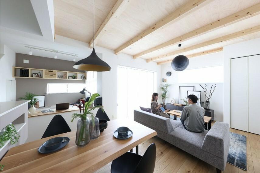 居間・リビング 【ステージリビングのある家】  LDK全体を見渡せるステージ空間を設けた住まい。国産檜合板と化粧梁を組み合わせた「インテリアラーチ」が、見上げるたびに癒される天井空間を演出します。/モデルハウス2号棟
