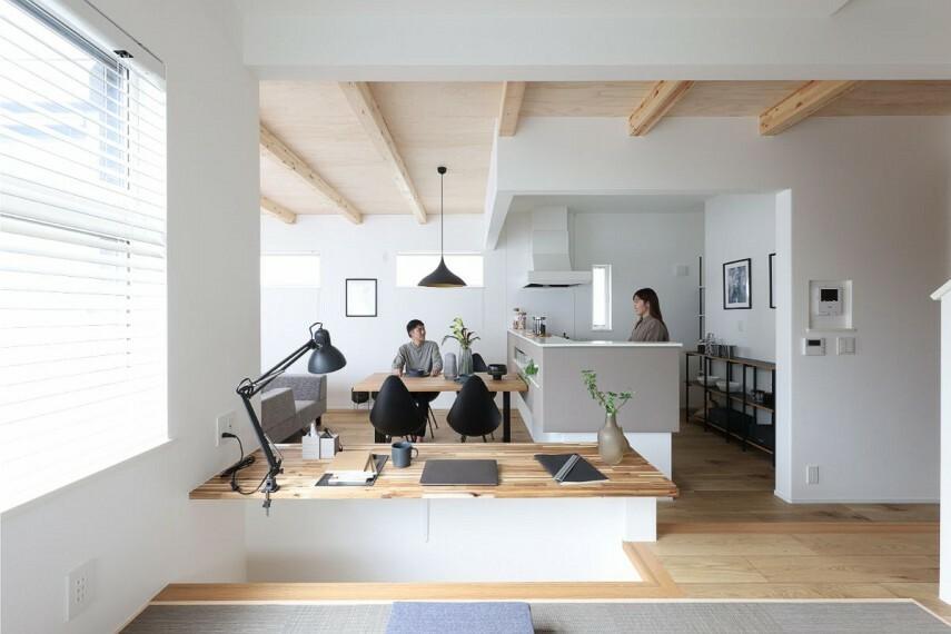 居間・リビング 【シェアカウンター】  ステージ側は掘り机として2人並んで使え、リビング側はスツールに腰かけるとちょうど良い高さ。お子様の勉強する姿を見守ったり、絵本を読むなど多彩に利用できます。/モデルハウス2号棟
