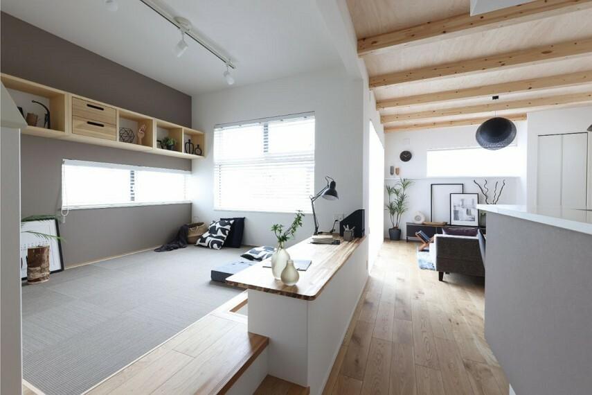 居間・リビング 【フロートシェルフ】  奥行きがあるフロートシェルフは、飾り棚だけでなく本棚にも使え、引き出しを付ければ書類などの収納にも便利です。デザインと機能性を兼ね備えています。/モデルハウス2号棟
