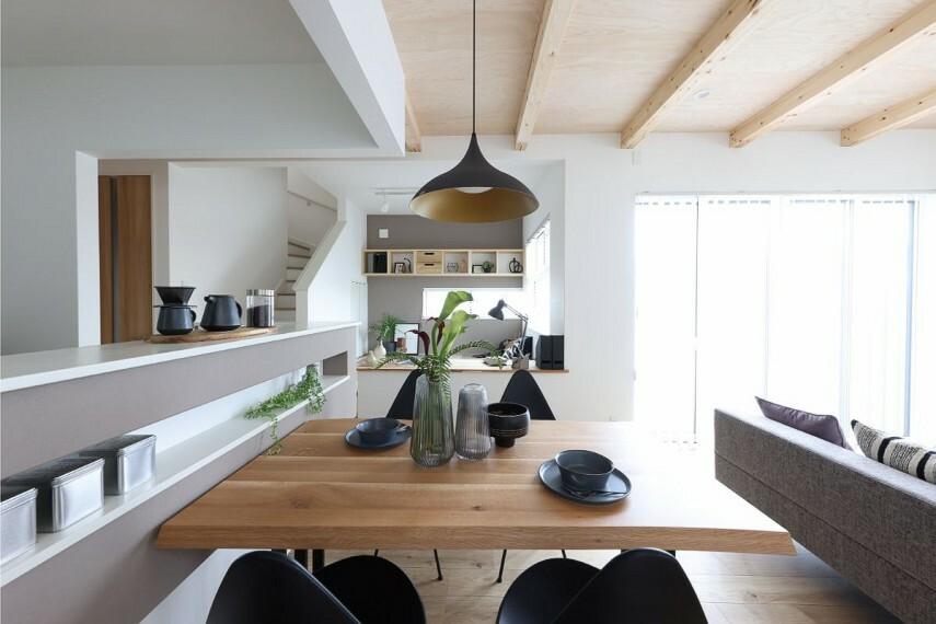 キッチン 【対面式キッチンとダイニング】  完成した料理の配膳にも便利なカウンター付きの対面式キッチン。カウンター上や腰壁のニッチに小物や植物などを配置し、お好みの空間をお作りいただけます。/モデルハウス2号棟