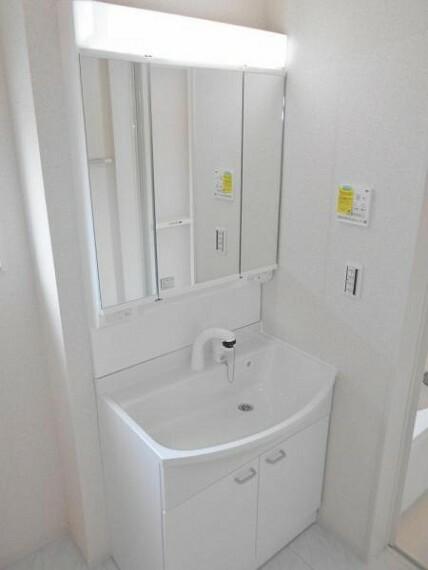 同仕様写真(外観) 【同仕様写真・洗面化粧台】曇り止め機能付きの鏡でお風呂上りもストレスフリー。