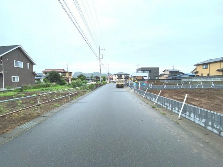 現況写真 広い道幅で見通しもよいのでお子様も安心ですね!錦着山がすぐ近くです。