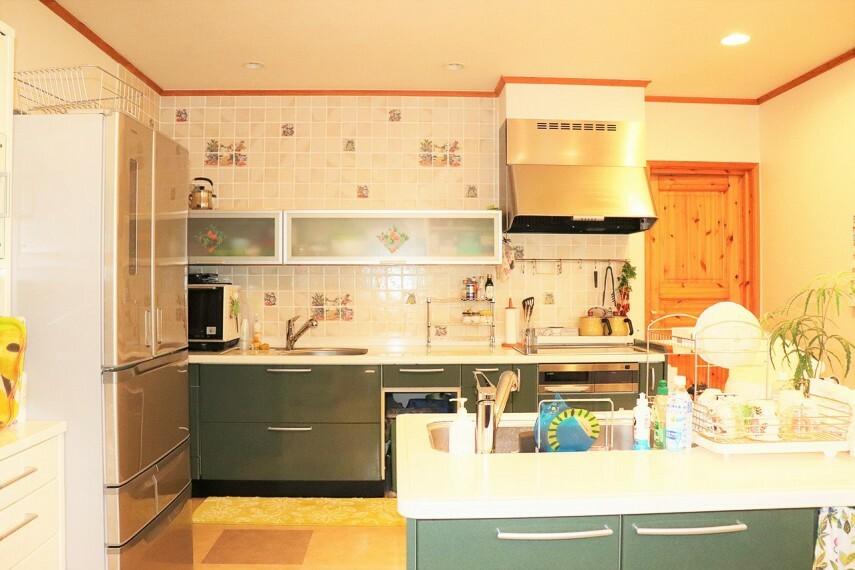 キッチン アイランドカウンター付キッチンで広々と作業できます。
