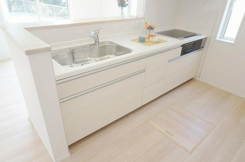 キッチン ファーストプラス社のキッチンは浄水器内蔵型。大容量の収納スペースとオプションで食洗機も取り付けが可能となります。