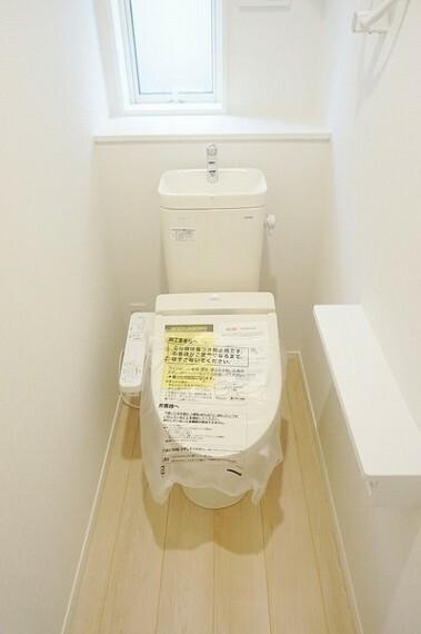 トイレ ウォシュレット機能付きトイレ!各階にトイレがあるので来客時にも気兼ねなく使えて便利です。