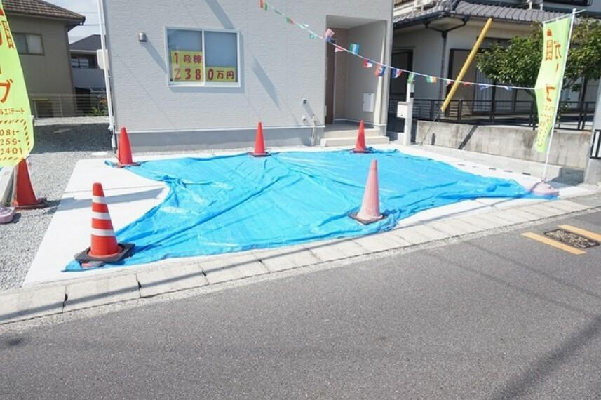 駐車場 駐車スペースは土間コンクリート仕上げ。2台以上の駐車が可能です。