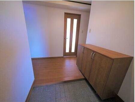 玄関 可動棚付きのシューズボックスでブーツなども入れられます。