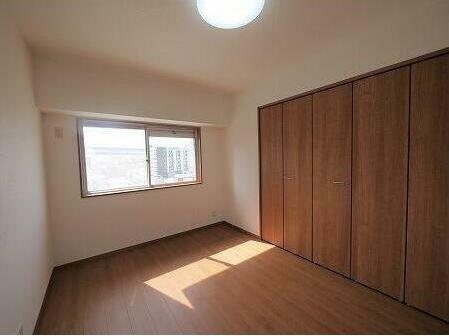 寝室 大きな収納スペース。
