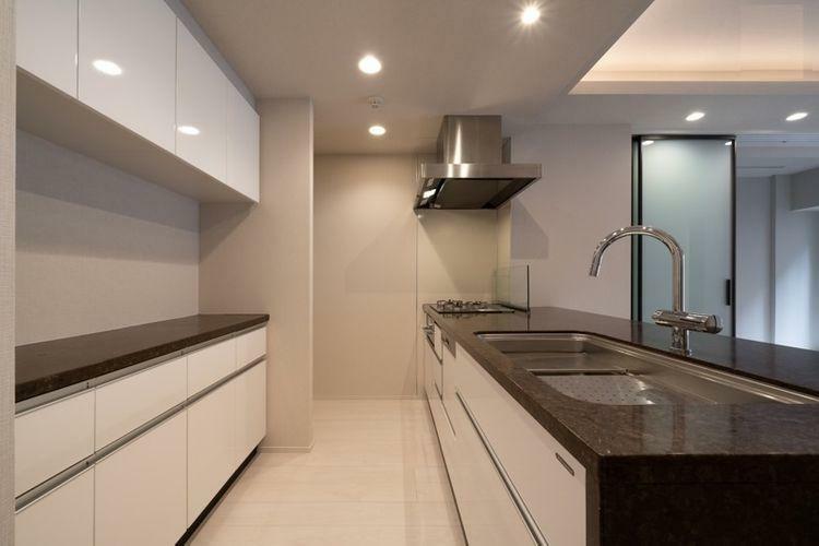 キッチン 食洗機付・ガスコンロ3口のシステムキッチン。収納も豊富です。