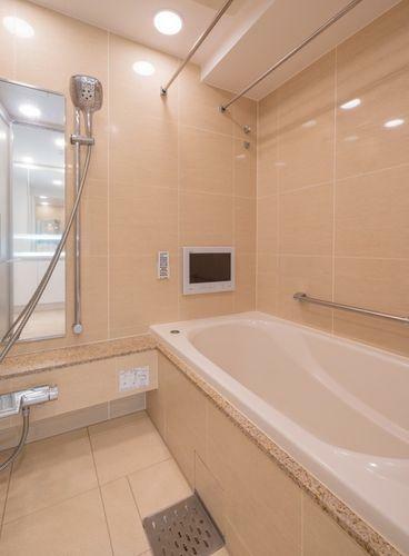 浴室 浴室テレビ付きのゆったりとくつろげるバスルーム。