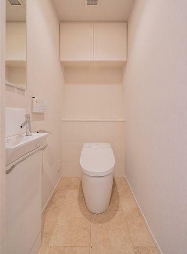 トイレ 手洗い器付きの使い勝手の良いトイレ。タンクレストイレを採用。