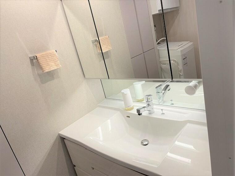 洗面化粧台 三面鏡洗面台。しっかりと横顔が確認出来るのでメイクがかかせない女性に人気のアイテムです。