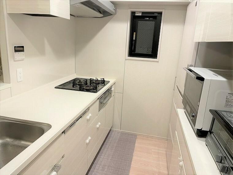 キッチン 食洗機・カップボード付きの対面式キッチン