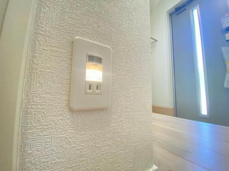 <同仕様設備>廊下の電気を毎度つけなくてもセンサーライトが足元を照らしてくれます。