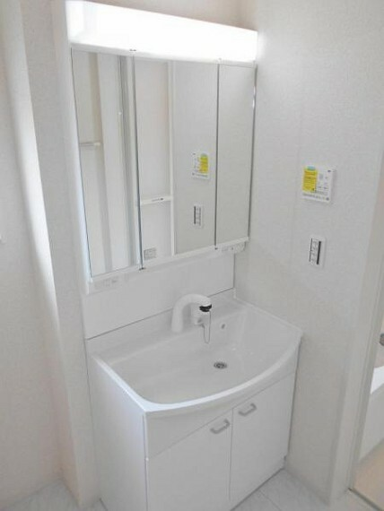 同仕様写真(内観) 【同仕様写真・洗面化粧台】曇り止め機能付きの鏡でお風呂上りもストレスフリー。