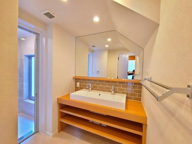 洗面化粧台 ご家族揃って身支度可能なゆとりの洗面室