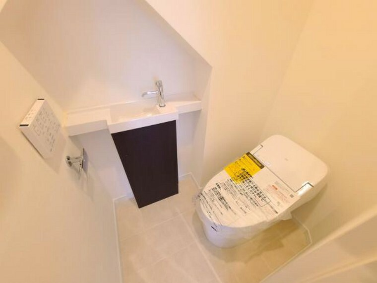トイレ タンクレスで見た目すっきり!手洗い場付きの清潔感あるトイレ空間