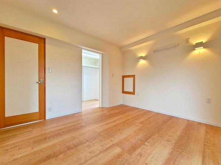 洋室 デザイン性のある照明がお部屋をふわりと照らします