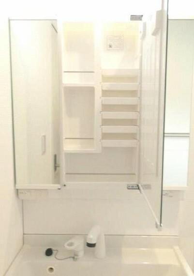 洗面化粧台 3面鏡タイプの独立洗面台は、横髪や後ろ髪のヘアセット時にも大活用です。 シャワーヘッド付きで鏡面裏も収納力もたっぷり。