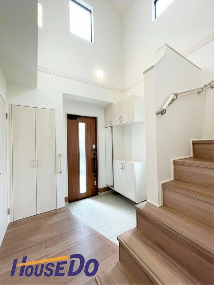 玄関 吹抜けになっており開放感あるれる玄関!玄関を開けると白を基調とした上質な空間が広がります!