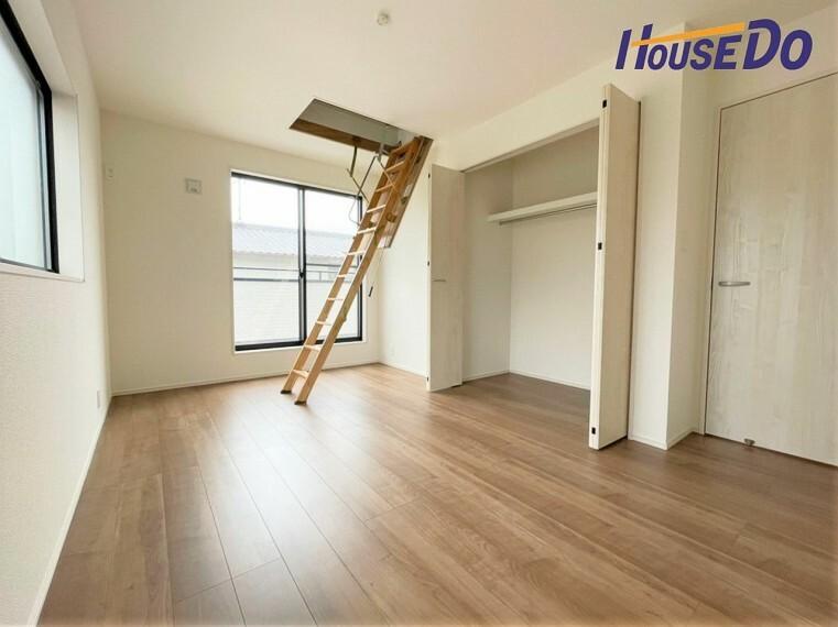 洋室 クローゼットには洋服や本を収納できるので、お部屋はすっきり広々と使うことができます。お好みの家具を自由にレイアウトしてください!