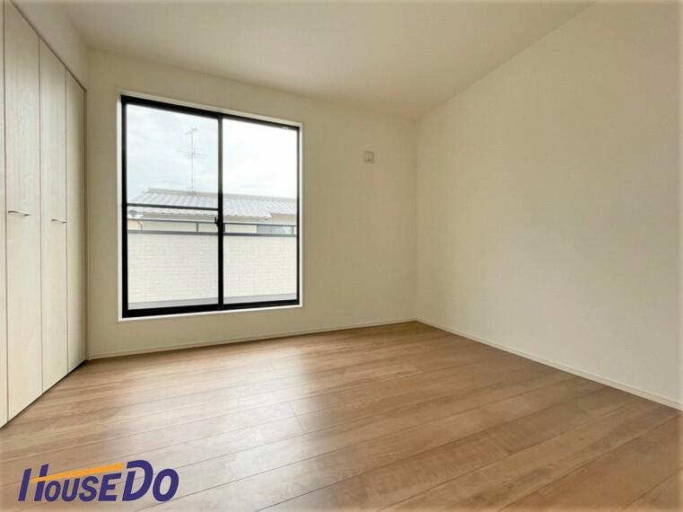 洋室 住まう方自身でカスタマイズして頂けるように「シンプル」にデザインされた室内。家具やレイアウトでお好みの空間を創り上げられます!