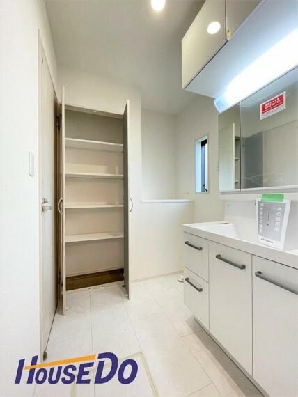 洗面化粧台 三面鏡が付いた洗面台はお掃除やメンテナンスが楽です。収納もあり、ドラム式の洗濯機を配置しても十分なスペースを確保した設計となっております。
