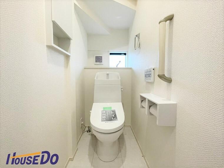 トイレ 水周りはシンプルに清潔感のあるホワイトで統一。収納棚が付いて実用性も兼ね備えた造り!