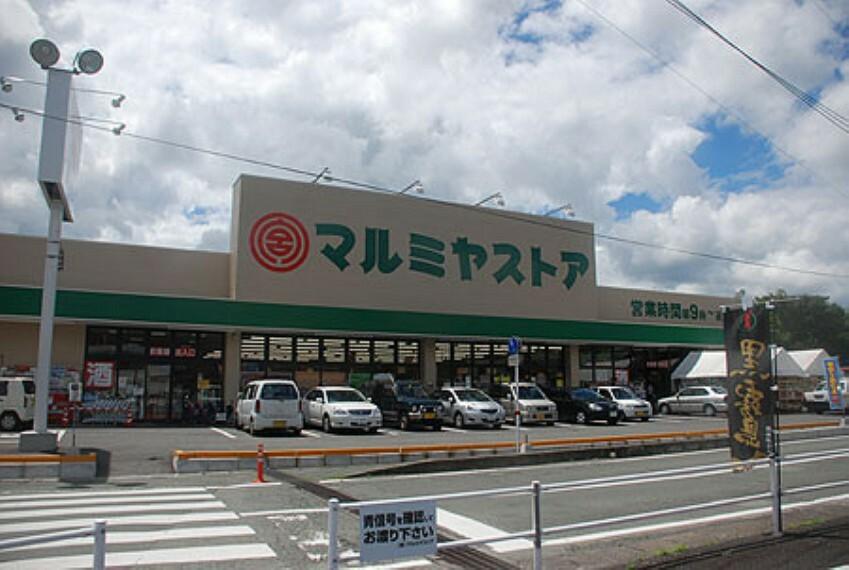 スーパー マルミヤストア坂ノ市店 スーパー、コンビニも近いです。