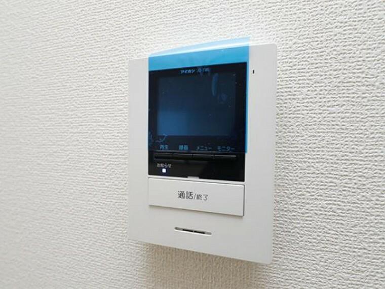 \同仕様写真/ハンズフリー機能を備えたカラーモニターインターホンを採用!お料理中などで手が塞がっていても便利に応答可能です!夜間の映像確認機能もついていて、安心ですね!