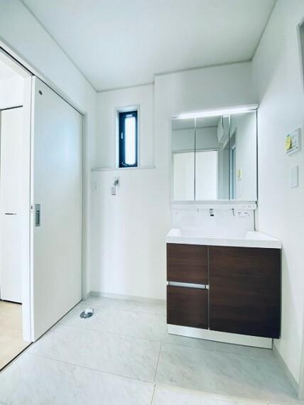 洗面化粧台 洗髪洗面化粧台。三面鏡の裏側にアイテムを収納できます!