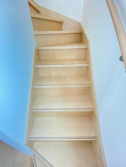 階段は折り返し設計でお子様や高齢者も安心です。