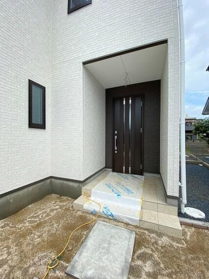 ゆったりとした玄関。奥行きのあるポーチで雨の日も安心です