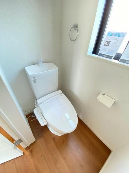 トイレ 明るい窓付きの温水洗浄便座付きトイレ
