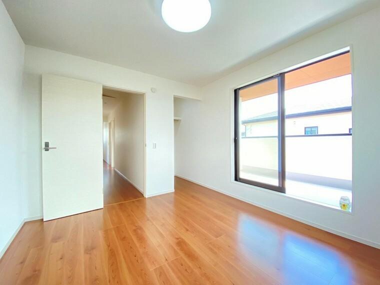 寝室 ゆったりとした空間と明るい日差しの入る洋室です