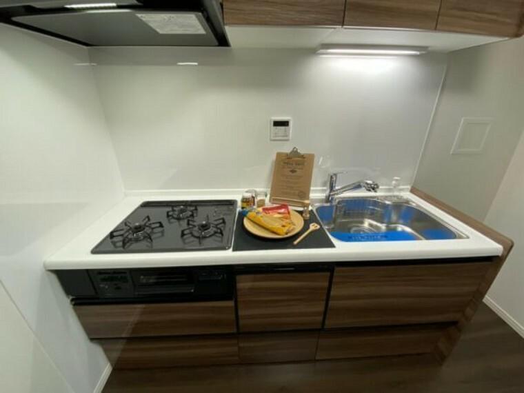 キッチン 3口コンロでしっかり自炊出来るキッチンです。お魚も煙を気にすることなく調理出来ます。