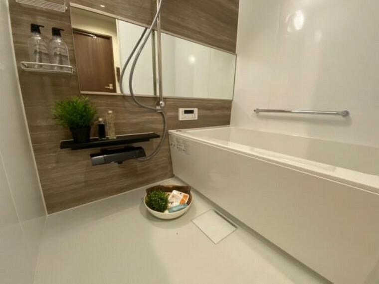 浴室 一日の疲れをいやすための心地よいバスタイム 追い焚き機能付き 浴室乾燥機付き