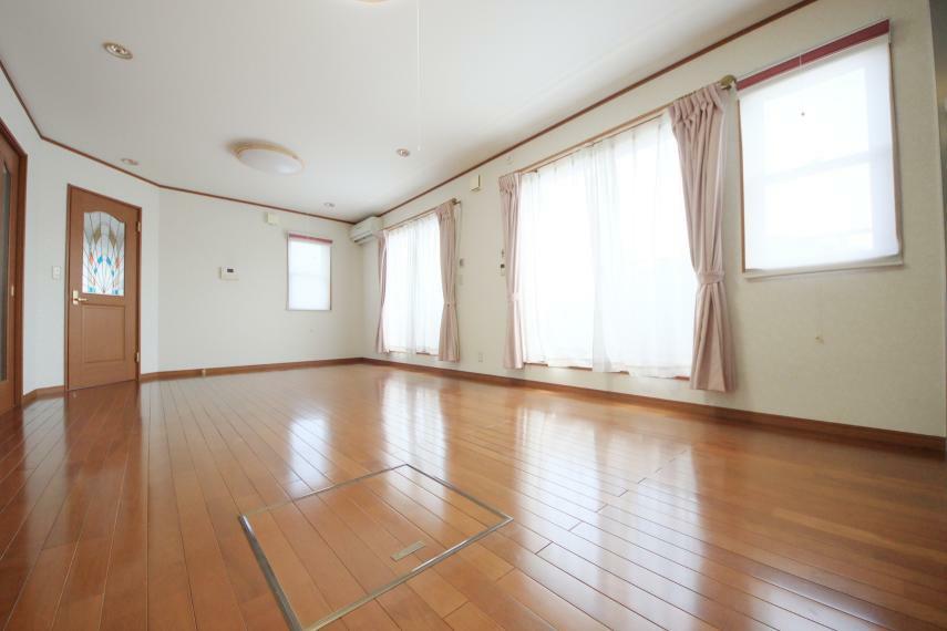 居間・リビング 2階LDK 窓が多く明るいお部屋が嬉しいですね!
