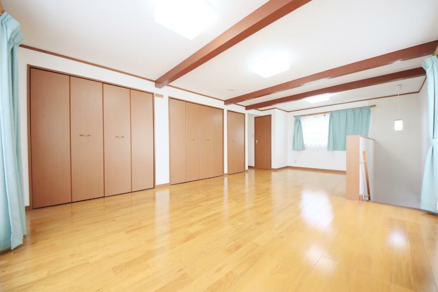 洋室 3階洋室 12.75帖と広々したお部屋にたっぷりの収納○3階にトイレもあるので夜の階段上り下りが無く安心です!