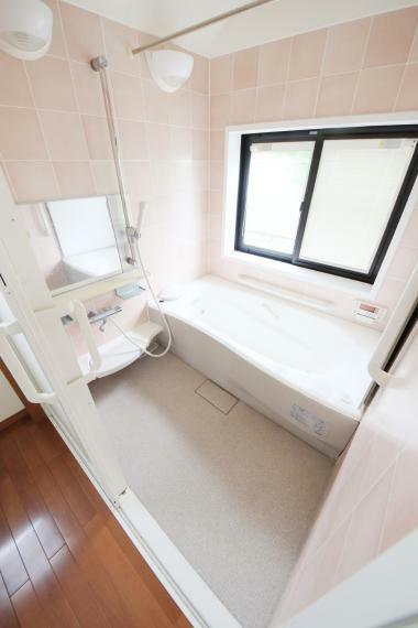 浴室 優しい色合いで、日々の疲れも癒やされます(*^^*)ゆったりと入浴可能な大きさの浴室!お子様との入浴も楽しめそうですね!