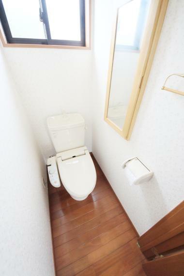 トイレ 2階トイレ 収納があり、スッキリ片付きますね(*^^*)