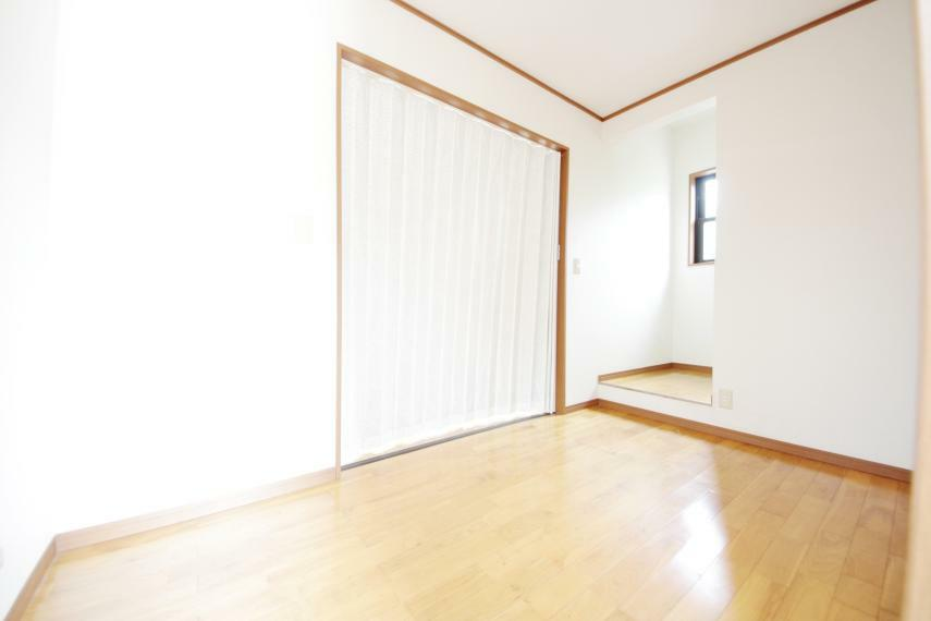 洋室 1階洋室3.87帖 玄関脇の洋室からビルトインガレージへの間のお部屋です○客間や趣味のお部屋としてお使いいただけます!